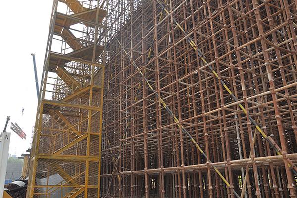 选取金属材料的东湖水岸建筑工地